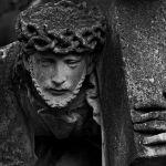 Трое мужчин разграбили кладбище