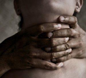 Смолянка пыталась задушить сына своей соседки на глазах у прохожих