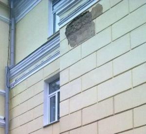 В центре Смоленска опять посыпался фасад здания
