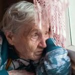 Грабитель, угрожая расправой, забрал деньги пенсионеров