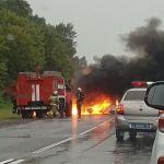 «Заживо сгорели три человека, один вылетел в окно». На пути в Рославль страшное ДТП сняли на видео