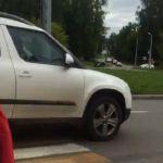 Водитель едва не сбил мать с коляской на «зебре» (видео)