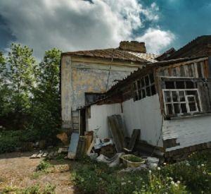 85-летней пенсионерке, проживающей в разрушенной конюшне, дали квартиру