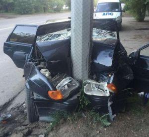 Водитель отечественного авто без прав протаранил столб и склад