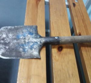 Пожилая смолянка накинулась на соседа со штыковой лопатой