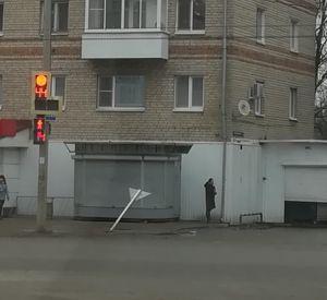 В Смоленске в результате ДТП иномарки снесли дорожный знак