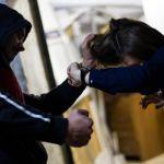 Жительницу Смоленска ограбили и избили в подъезде дома