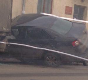 Легковушка в результате аварии оказалась на капоте иномарки (фото)