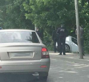 Видео: В Смоленске автомобиль скатился в кювет