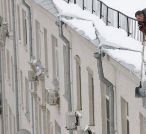 Коммунальщики сбрасывают с крыш сосульки на припаркованные машины