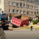 В Смоленске грузовик провалился под землю