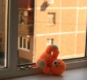В Смоленске из окна многоэтажки выпал 2-летний ребенок