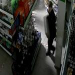 Беспечный вор попал на камеры видеонаблюдения в смоленском торговом центре (видео)