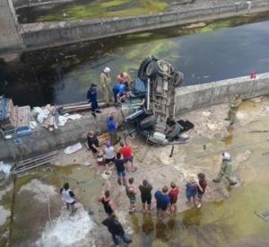 «Авто несколько метров летело вниз». В сети появилось видео жуткого смертельного ДТП под Смоленском