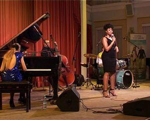 В Смоленске выступил «джазовый лебедь»