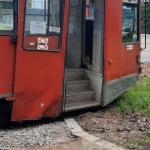 Фото: Смоленский трамвай врезался в новый бордюр