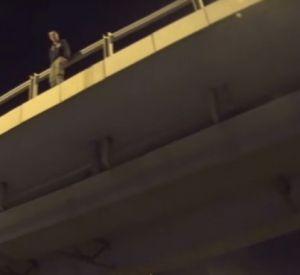 Видео: Байкер перекрыл движение на трассе М1 и сумел отговорить парня совершать самоубийство