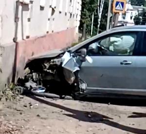 Смоляне сняли на видео последствия столкновения автомобиля со стеной дома