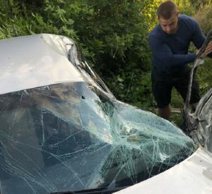 Фото: В Смоленской области иномарка вылетела в кювет после столкновения со столбом
