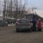 В Смоленске дорожная авария приостановила трамвайное сообщение