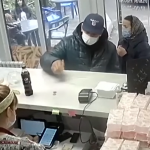 Обман продавщицы в Смоленске попал в объектив видеокамер