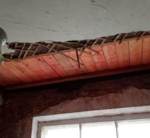 В Смоленске после капитального ремонта крыши в доме обвалился потолок