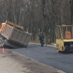 Под Смоленском самосвал едва не проломил водопроводную магистраль (фото)