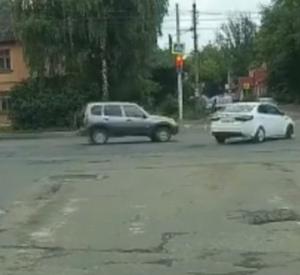 Момент столкновения двух автомобилей в центре Смоленска попал на видео