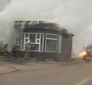 На улице Седова в Смоленске загорелся киоск (видео)