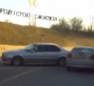 Момент столкновения двух автомобилей на Беляевском путепроводе попал в сеть (видео)