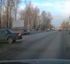 Видео: В Смоленске автомобилиста занесло на трамвайных путях