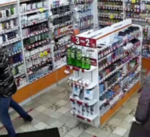 В Смоленске на видео попал момент ограбления аптеки