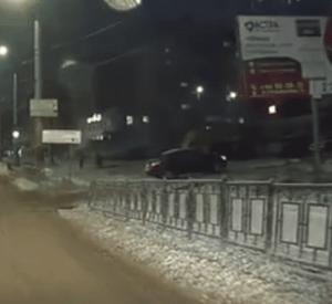 Видео: В Смоленске автомобилист из-за заноса едва не сбил пешехода