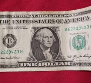 Смолянка выставила на продажу «счастливый» доллар за 10 миллионов рублей