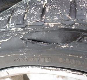 Под Смоленском мужчина порезал шины автомобиля своего неприятеля