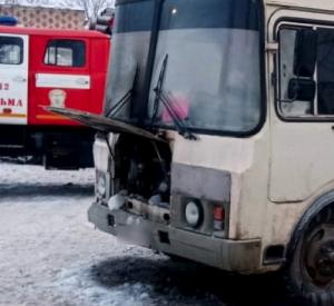 Под Смоленском рейсовый автобус воспламенился во время движения