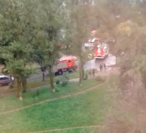 Видео: У здания детской поликлиники заметили скопление пожарных машин