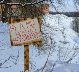 В Смоленске неизвестные украли скамейку, установленную возле крепостной стены