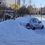 Жители дома взяли автомобиль рославльчанина в снежный плен