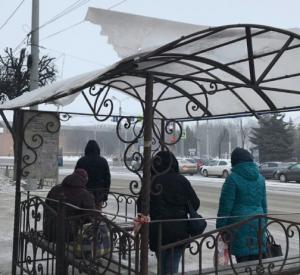 Сильным порывом ветра в Смоленске сорвало крышу остановки (фото)