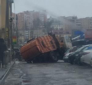 В Смоленске мусоровоз едва не ушел под землю