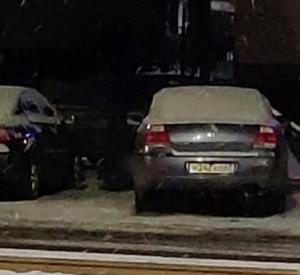 Водитель иномарки взял на таран дорожный знак и повредил другое авто