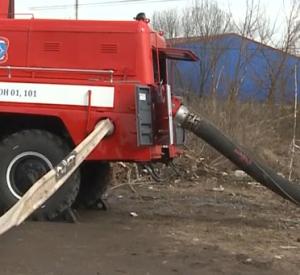 Видео: Жители поселка под Смоленском справляются с последствиями коммунального потопа