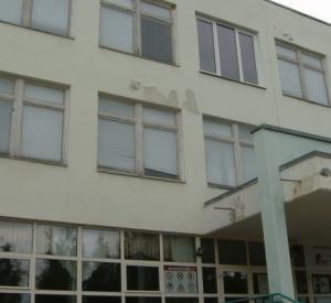 Девочка, выпавшая из окна школы, находится в больнице