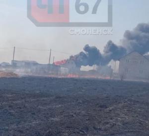 Видео: Под Смоленском из-за пала травы произошло два случая возгорания построек