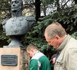 В Смоленске постамент бюста генерала Дохтурова будет отремонтирован