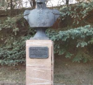 Бюст генерала в Смоленске отремонтировали с помощью скотча (видео)