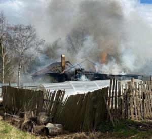 Под Смоленском огонь уничтожил дом многодетной семьи