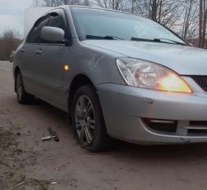 Еще один автомобилист повредил колеса на Досуговском шоссе