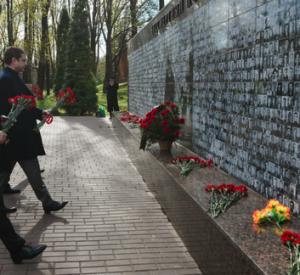 Губернатор Смоленской области возложил цветы к Вечному огню (фото)